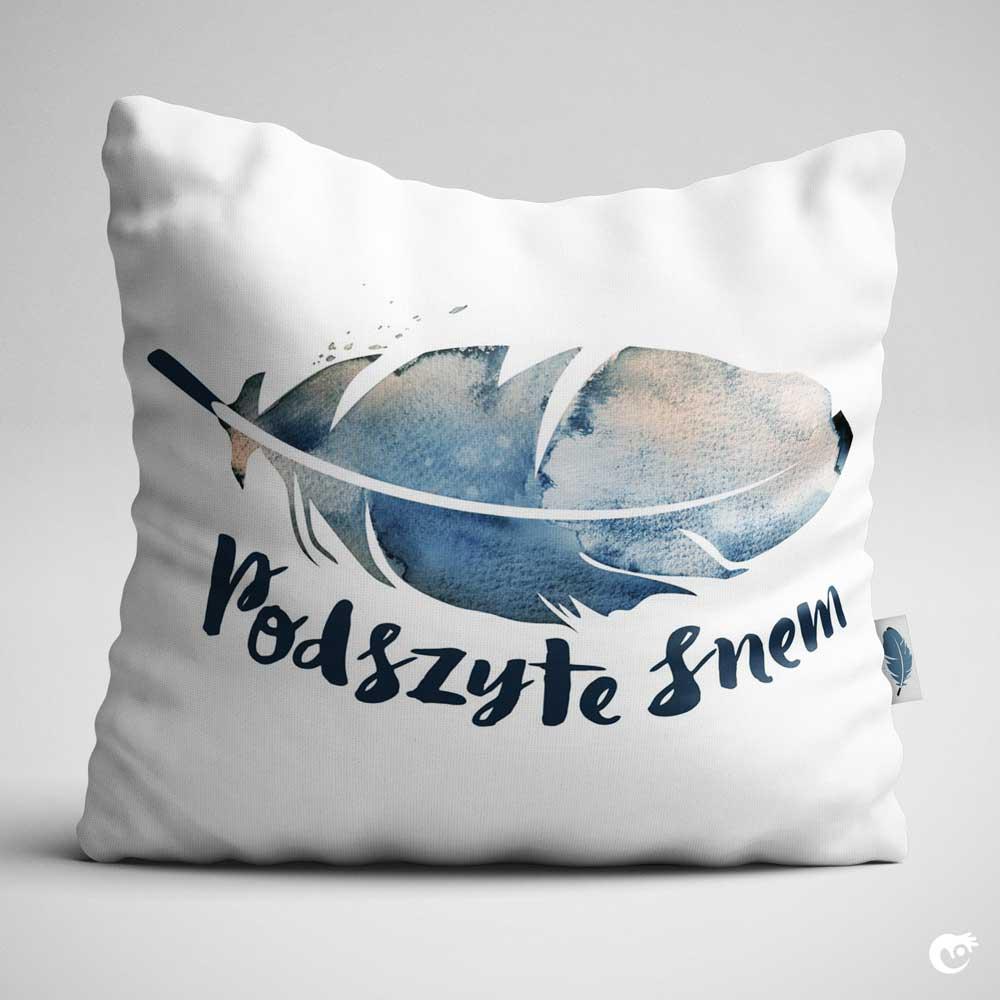 Kremowe-niebieskie logo z akwarelowym piórkiem wydrukowane na białej poduszce jaśku